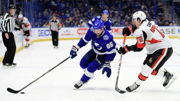 Игрок ХК Тампа Бэй Лайтнинг Никита Кучеров (86) и игрок ХК Оттава Сенаторз Тома Шабо (72) в матче регулярного чемпионата НХЛ