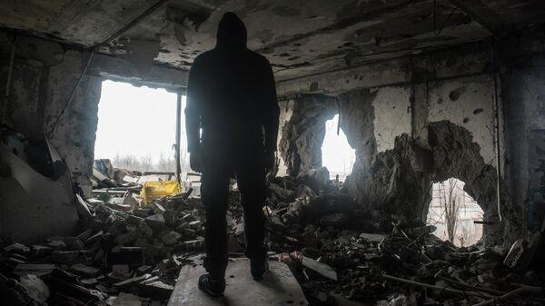 Мужчина в разрушенном доме в Донецке