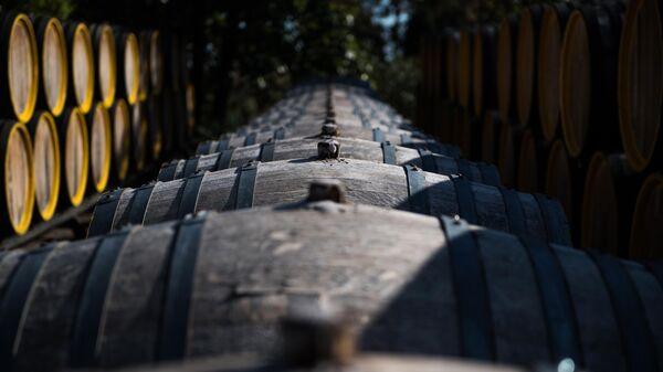 Дубовые бочки для вызревания вина марки Мадера на винодельческом предприятии Массандра в Крыму