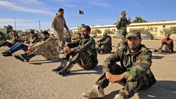 Бойцы военного батальона,  лояльного генералу Халифе Хафтару,  во время утреннего собрания в городе Бенгази, Ливия. 18 декабря 2019