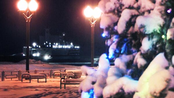 В городе Певеке плавучая атомная теплоэлектростанция выдала первую электроэнергию в изолированную сеть Чаун-Билибинского узла Чукотского автономного округа и символично зажгла городскую елку