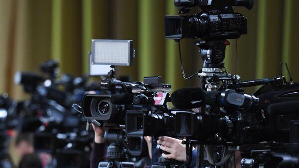 Камеры журналистов, установленные в зале Центра международной торговли на Красной Пресне, где проходит большая ежегодная пресс-конференция президента РФ Владимира Путина