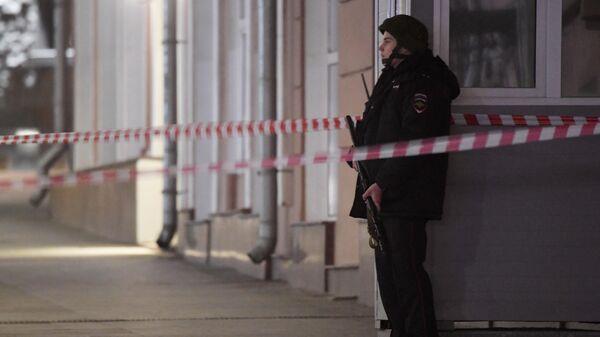 Вооруженный сотрудник полиции в оцеплении у здания ФСБ на Лубянской площади в Москве, где произошла стрельба