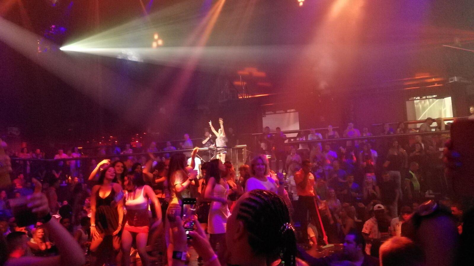 Ночные клубы в москве красная шапочка женский туалет ночной клуб