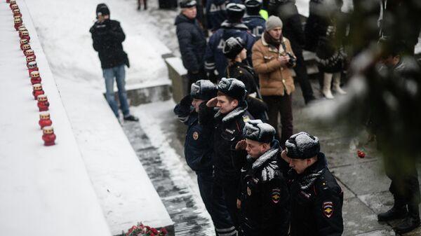 Сотрудники полиции России возлагают цветы к мемориальному комплексу Вечный Огонь Славы в Великом Новгороде