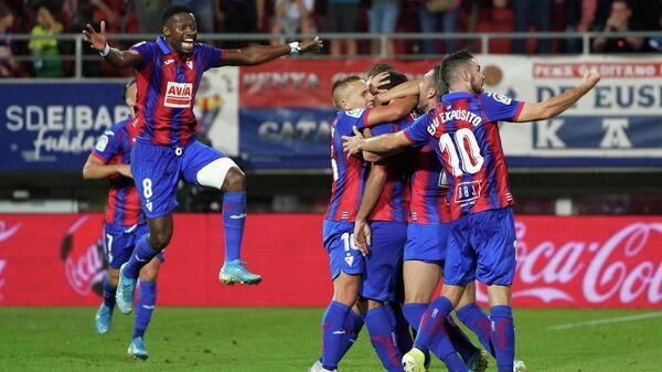 Футболисты Эйбара радуются забитому голу