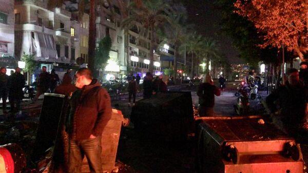 Беспорядки на улице Корниш-эль-мазраа в Бейруте во время противостояния между полицией и сторонниками экс-премьер-министра Ливана Саада Харири