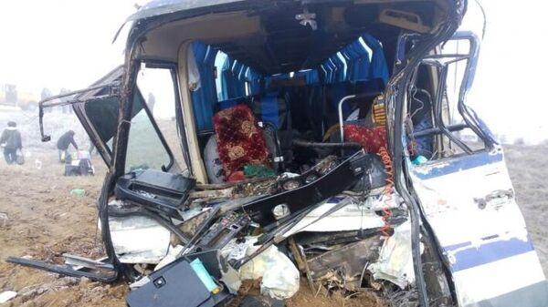 Последствия ДТП с участием автобуса и КамАЗа в Чернышковском районе Волгоградской области