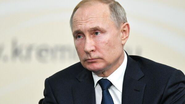 Президент РФ Владимир Путин проводит встречу с представителями общественности по вопросам развития сельского хозяйства и сельских территорий в поселке Энем