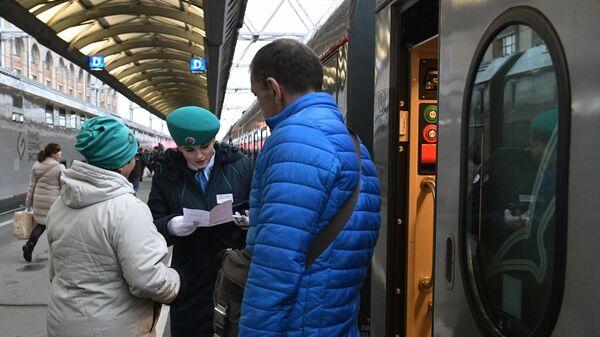 Проверка билетов у пассажиров первого именного состава Таврия, который отправится из Санкт-Петербурга в Севастополь 23 декабря в 14.00, на Московском вокзале