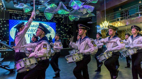 Барабанщики Североморского кадетского корпуса во время выступления на новогоднем благотворительном балу в Мурманске