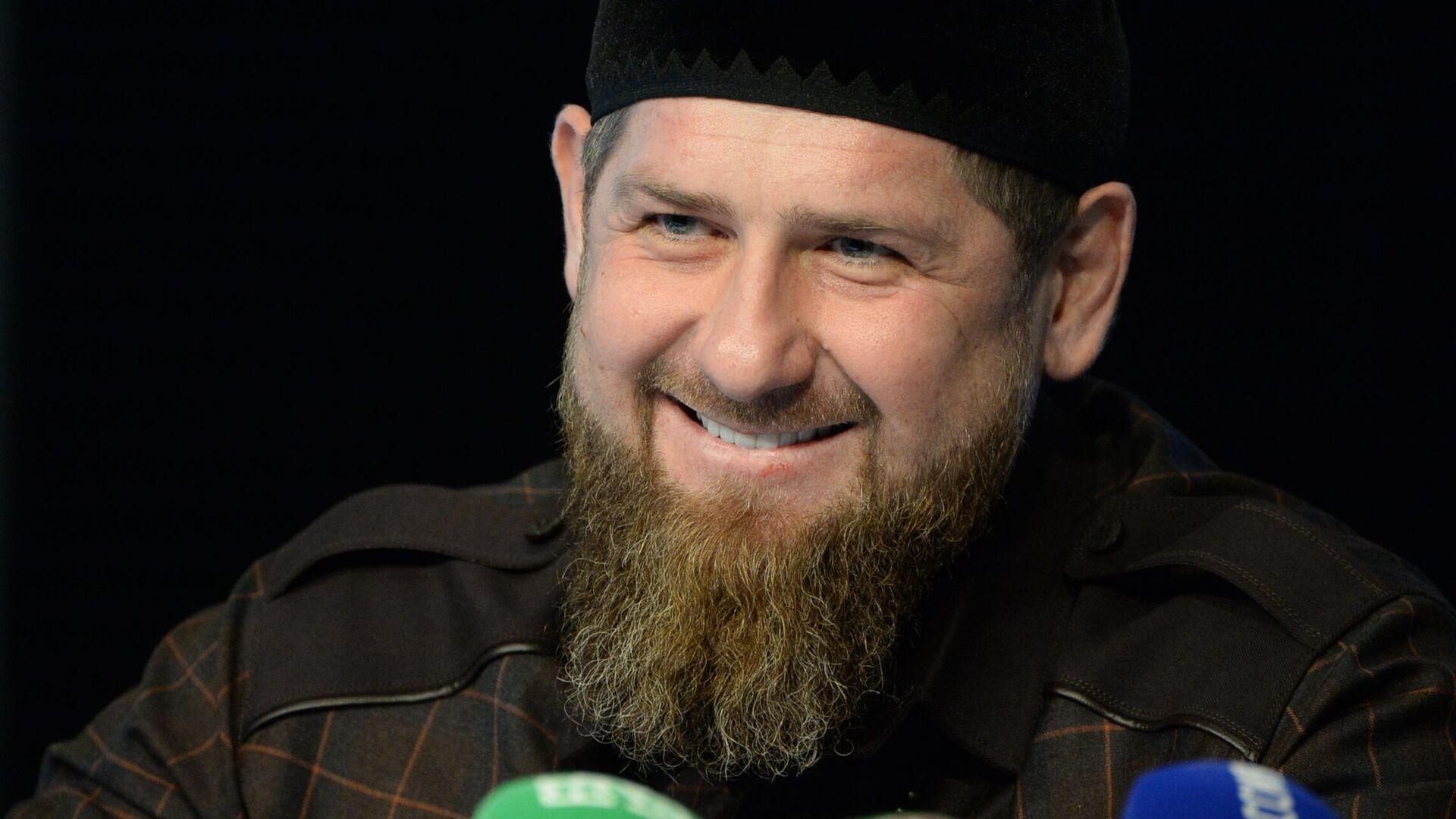 Глава Чеченской Республики Рамзан Кадыров на пресс-конференции в студии телеканала Грозный - РИА Новости, 1920, 08.01.2021