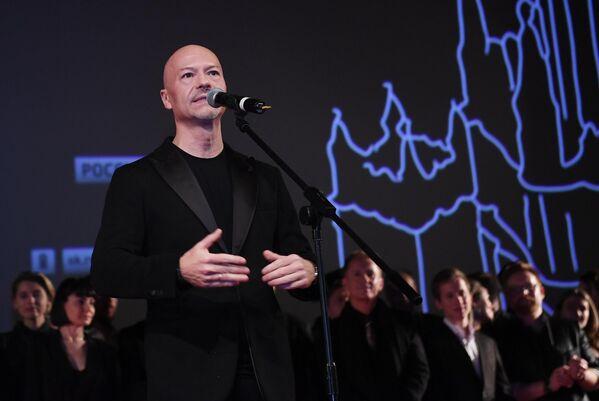 Режиссер Федор Бондарчук выступает на премьере фильма Вторжение в кинотеатре Октябрь