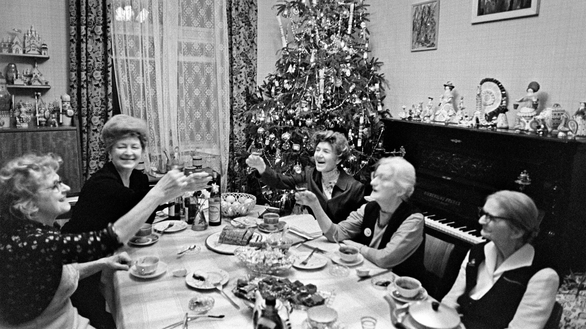 Встреча Нового года в Московской квартире - РИА Новости, 1920, 01.01.2020