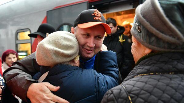 Пассажиры на перроне вокзала в Севастополе, куда прибыл поезд Таврия, проследовавший по маршруту Санкт-Петербург - Севастополь