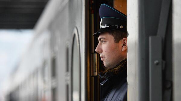 Проводник в вагоне поезда Таврия на вокзале в Севастополе