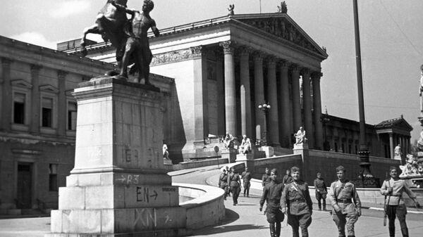Сыграть на рояле Бетховена сразу после войны: история открытки из Вены