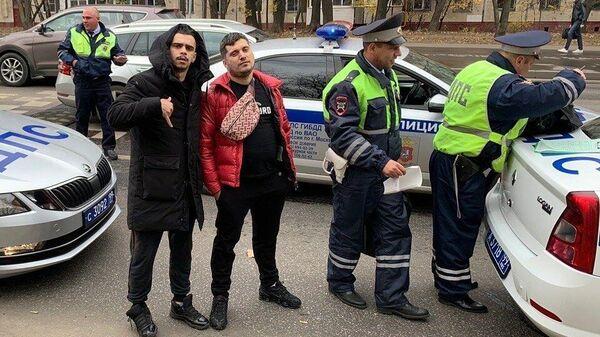 Хип-хоп-исполнитель Паша Техник (Павел Ивлеев) на месте его задержания сотрудниками ДПС