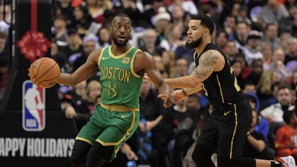 Защитник Бостон Селтикс Кемба Уокер в игре НБА против Торонто Рэпторс