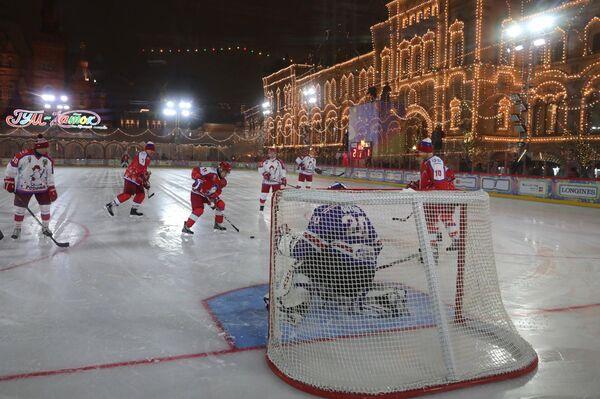 Президент РФ Владимир Путин в предновогоднем товарищеском матче Ночной хоккейной лиги на катке на Красной площади