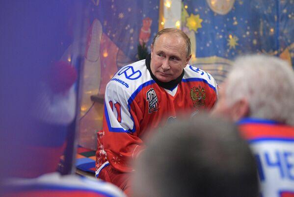 Президент РФ Владимир Путин в перерыве предновогоднего товарищеского матча Ночной хоккейной лиги на катке на Красной площади
