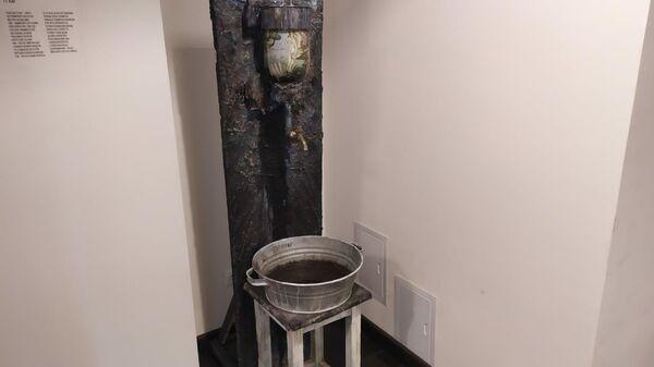 Инсталляция, созданная студентами ГИТИС, на выставке Нельзя искусственно страдать в театре Современник