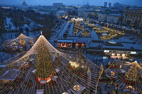 Световая иллюминация на площади Революции и Манежной площади в Москве