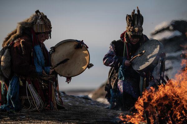 Шаманский ритуал на Каменных палатках близ озера Большие Аллаки в Челябинской области