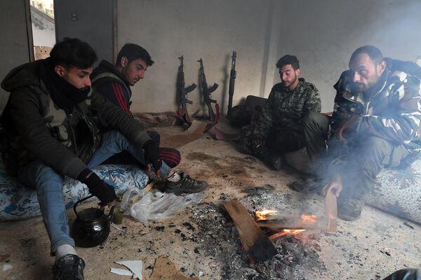 Сирийские ополченцы отдыхают после освобождения поселка Сукейя в сирийской провинции Идлиб