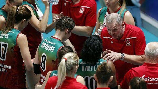 Главный тренер калининградского волейбольного клуба Локомотив Андрей Воронков с командой во время тайм-аута