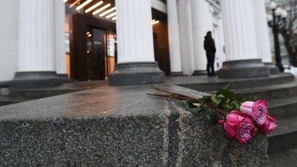 Цветы у здания Московского театра Современник