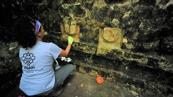 Археолог работает в храме цивилизации майя в археологическом районе Кулуба, штат Юкатан, Мексика