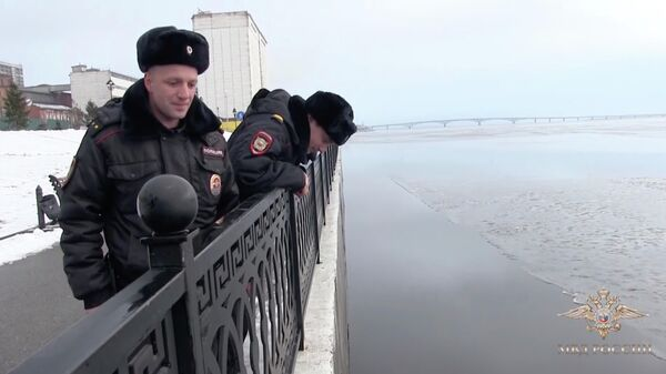 Лейтенант полиции Денис Ступников и старший сержант полиции Сергей Лукьянов. Стоп-кадр видео