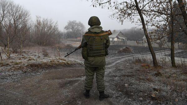 Военнослужащий армии ДНР на КПП на окраине города Горловка в Донецкой области