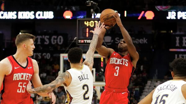 Защитник Хьюстон Рокетс Крис Клемонс делает бросок в матче НБА с Нью-Орлеан Пеликанс