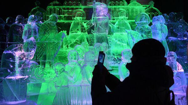 Посетитель в павильоне История на V Новогоднем фестивале Ледовая Москва. В кругу семьи в Парке Победы на Поклонной горе