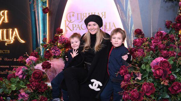 Актриса Мария Кожевникова с сыновьями Иваном (справа) и Максимом на премьере ледового шоу Спящая красавица. Легенда двух королевств в Москве