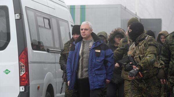 Представители ДНР и граждане Украины на КПП на окраине города Горловка в Донецкой области