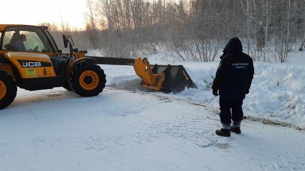 Сотрудник СК РФ на месте обнаружения тела младенца в Кемеровской области