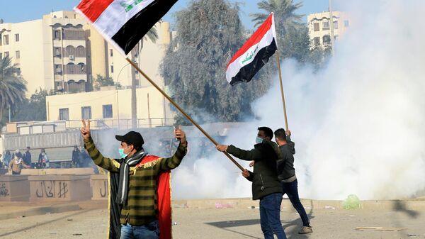 Акция протеста против авиационных ударов со стороны США возле посольства США в Багдаде, Ирак. 1 января 2020