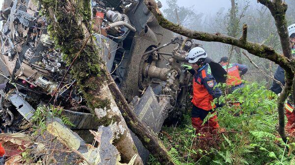 Спасатели на месте аварийной посадки вертолета BlackHawk в Тайване