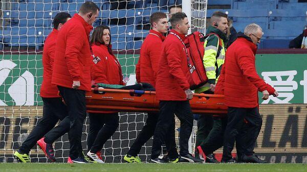 Форвард Астон Виллы Уэсли покидает поле на носилках после травмы в матче АПЛ с Бёрнли