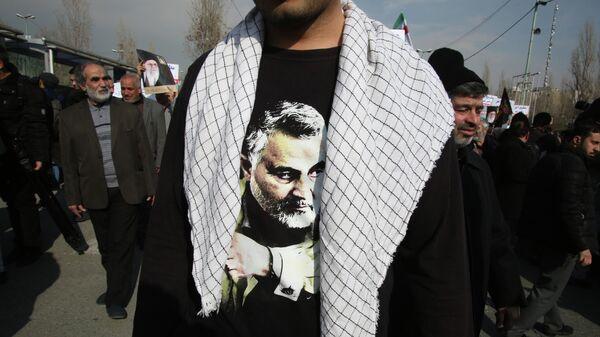Демонстрант, в футболке с изображением Касема Сулеймани, на акции протеста в Тегеране. 3 января 2020