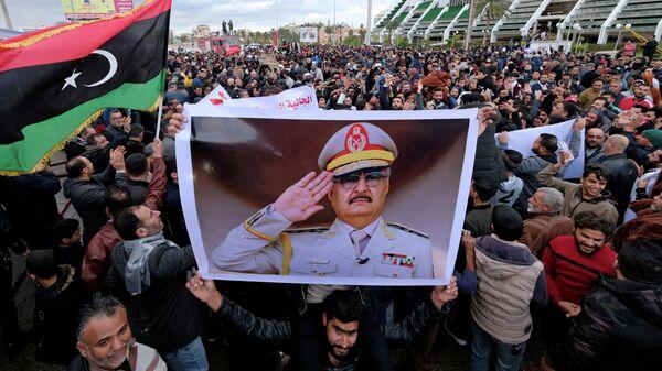 Участники демонстрации с портретом Халифы Хафтара в Бенгази, Ливия
