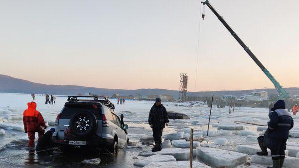На месте происшествия в бухте Воевода на острове Русском во Владивостоке, где около 30 автомобилей рыбаков частично провалились под лед