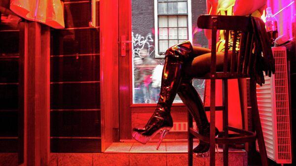 Девушка в квартале красных фонарей Амстердама, Нидерланды