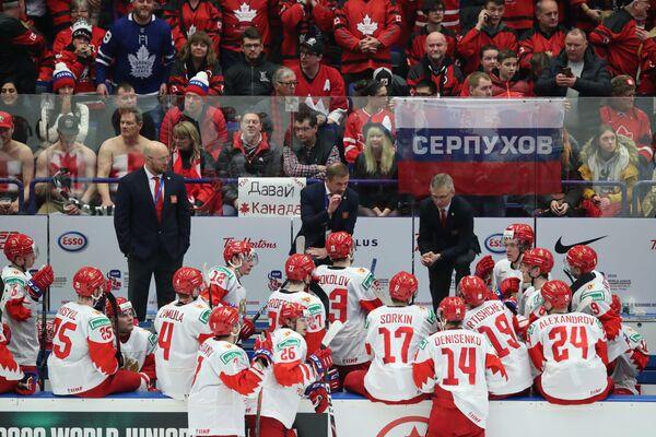 Валерий Брагин (в центре на втором плане) и хоккеисты молодежной сборной России