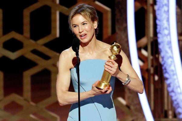 Рене Зеллвегер принимает награду за лучшую женскую роль в драматическом фильме Джуди на 77-й ежегодной премии Золотой глобус