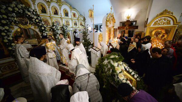 Верующие во время рождественского богослужения в Храме Успения Божией Матери во Владивостоке