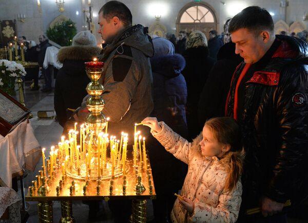 Верующие во время рождественского богослужения в храме Рождества Христова в Красноярске